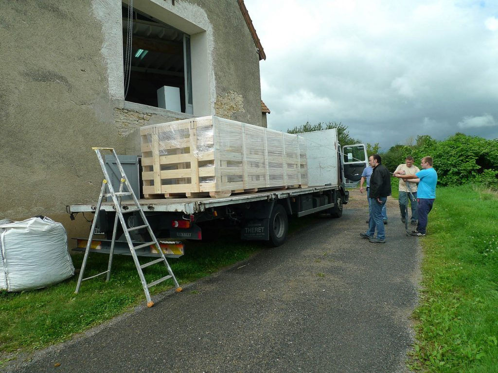 Skulpturen packas på ett lastbilssläp. Xavier Veilhan, Julian