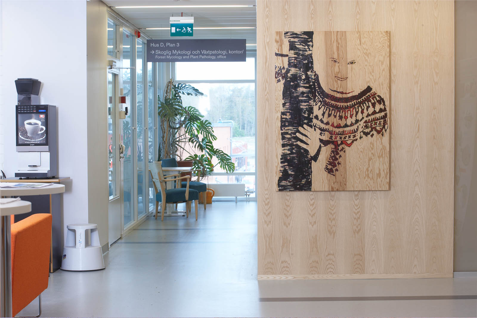 Tavla målad på trä, hängd på en trävägg. Föreställer en leende person klädd i kofta. Robert Lucander, 13 målningar