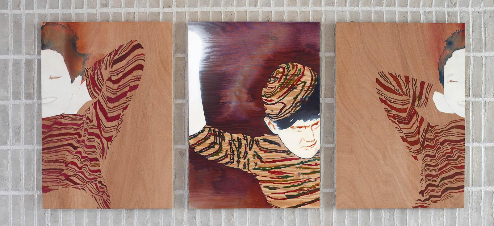 Tre tavlor i bredd av personer i randiga tröjor. Två av dem ler, den tredje har en randig mössa. Robert Lucander, 13 målningar
