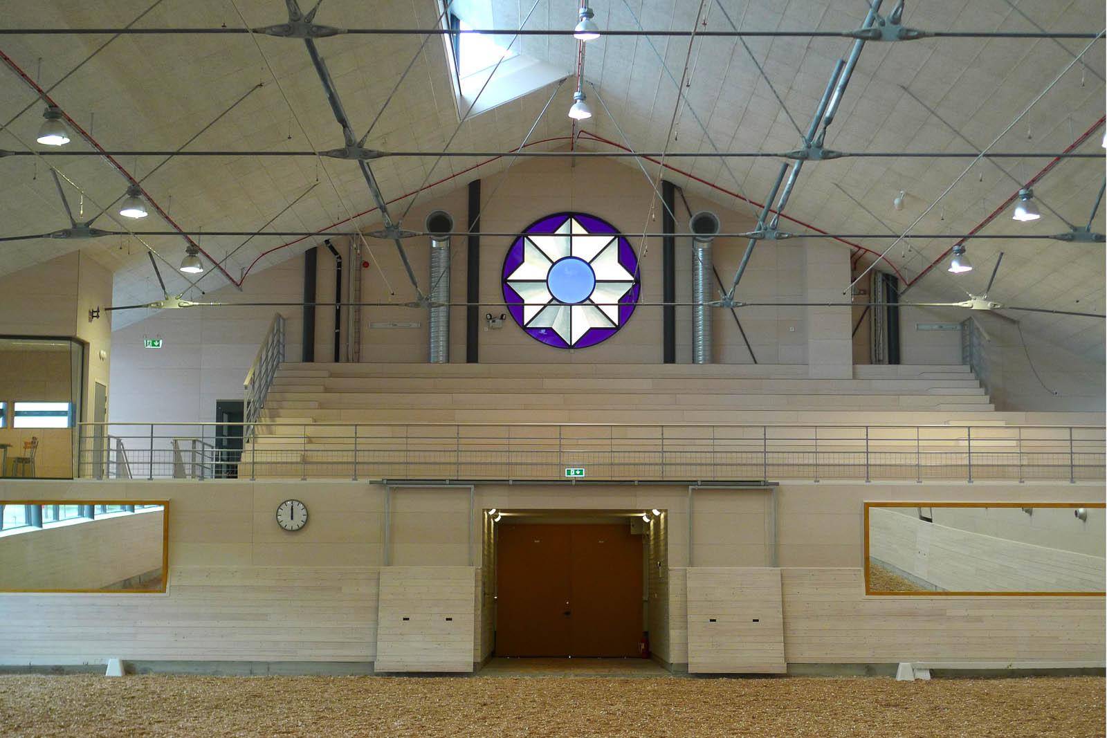 Två fönster, tre meter i diameter, med digitaltryckt, laminerat glas. Motivet är en kokard, prisrosett. Cecilia Aaro och Matilda Fahlsten, Kokard, 2014