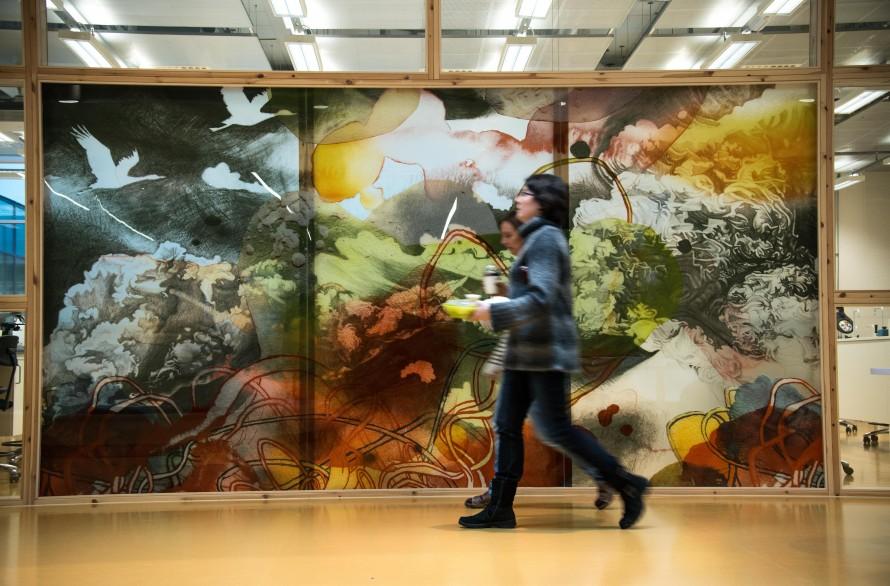 Personer passerar den målade glasväggen. Christoffer Paues, All Världens Djur