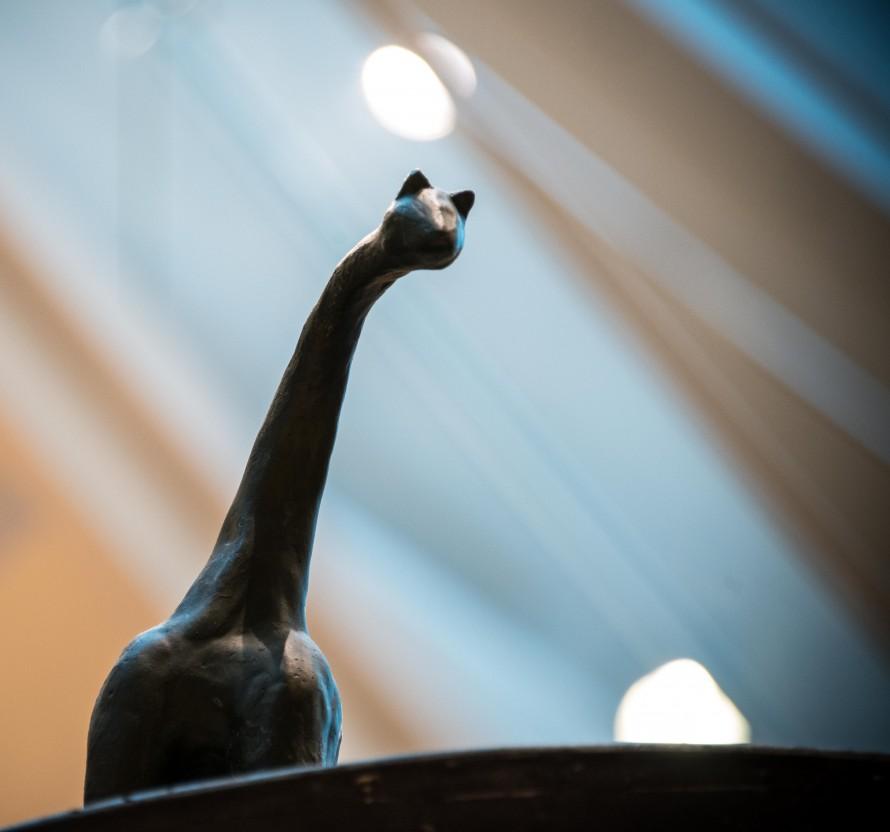 Skulptur av ett djur med lång smal hals och litet huvud. Christoffer Paues, All Världens Djur