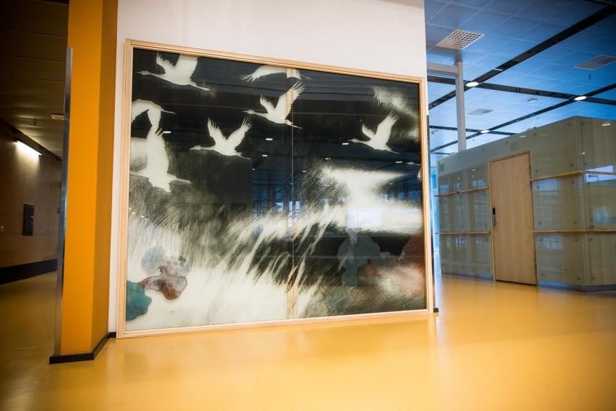 Stor målning på glas av en flock flygande fåglar. Christoffer Paues, All Världens Djur