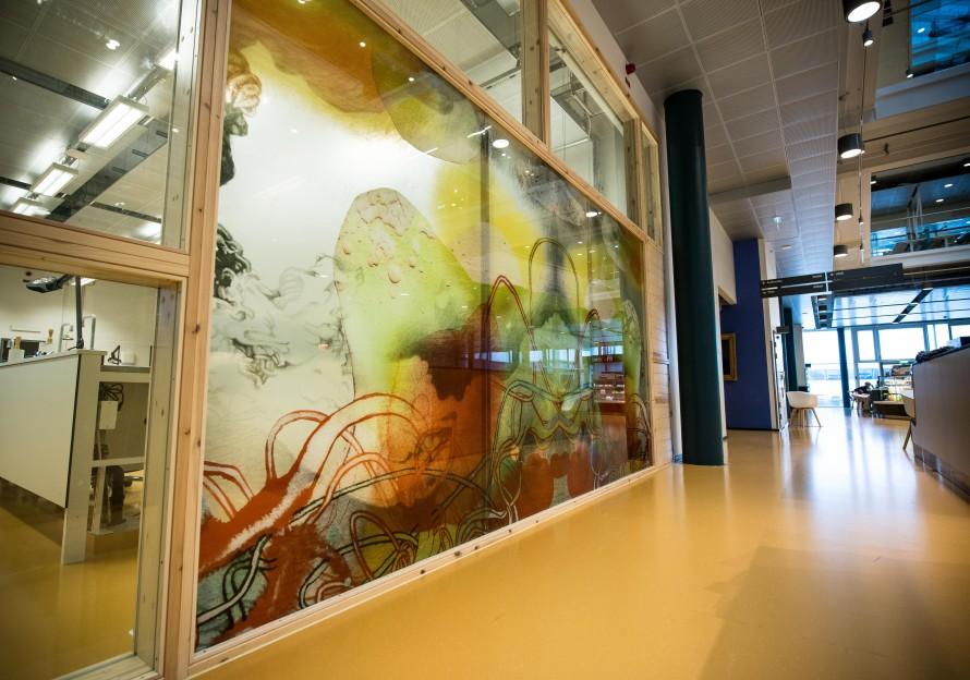 Färgglad målning på glasvägg. Christoffer Paues, All Världens Djur