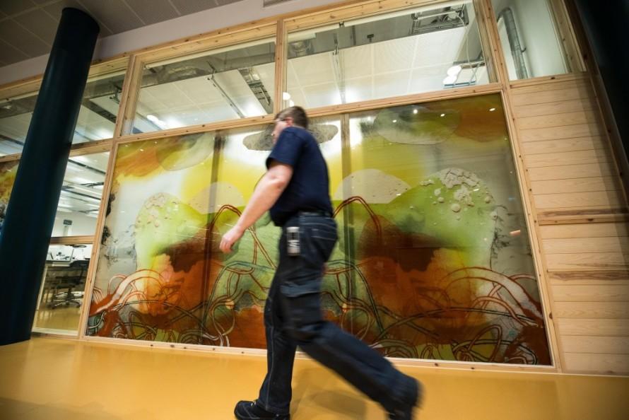 En man passerar framför glasväggen. Christoffer Paues, All Världens Djur
