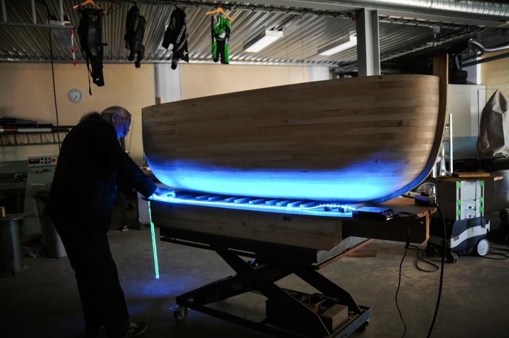 En man arbetar med tillverkning av arken. Jan Håfström Arken