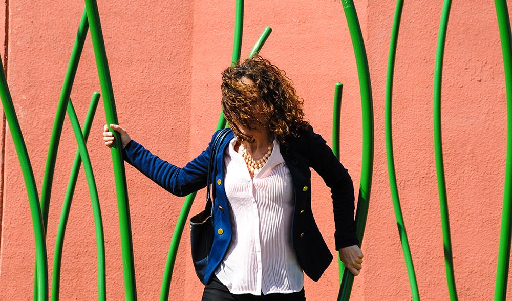 Kvinna bland gröna stänglar. Thomas Nordström, Glänta, 2014