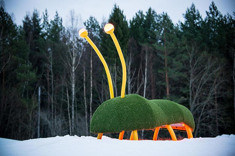 Stor skalbaggsliknande skulptur med gula antenner. Thomas Nordström, Glänta, 2014