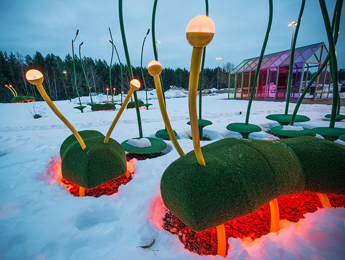 De skalbaggslika skulpturerna lyser rött under magen. Thomas Nordström, Glänta, 2014