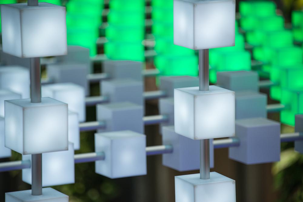 I de olikfärgade kuberna lyser LED-lampor. Här vita, grå och gröna segment. Gustav Hellberg, XYZ