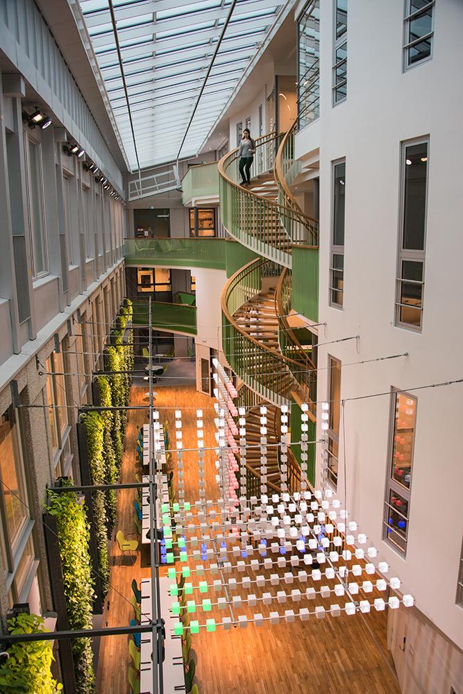 Ljusgården är flera våningar hög, och verket kan även ses uppifrån via spiraltrappor och balkonger. Gustav Hellberg, XYZ