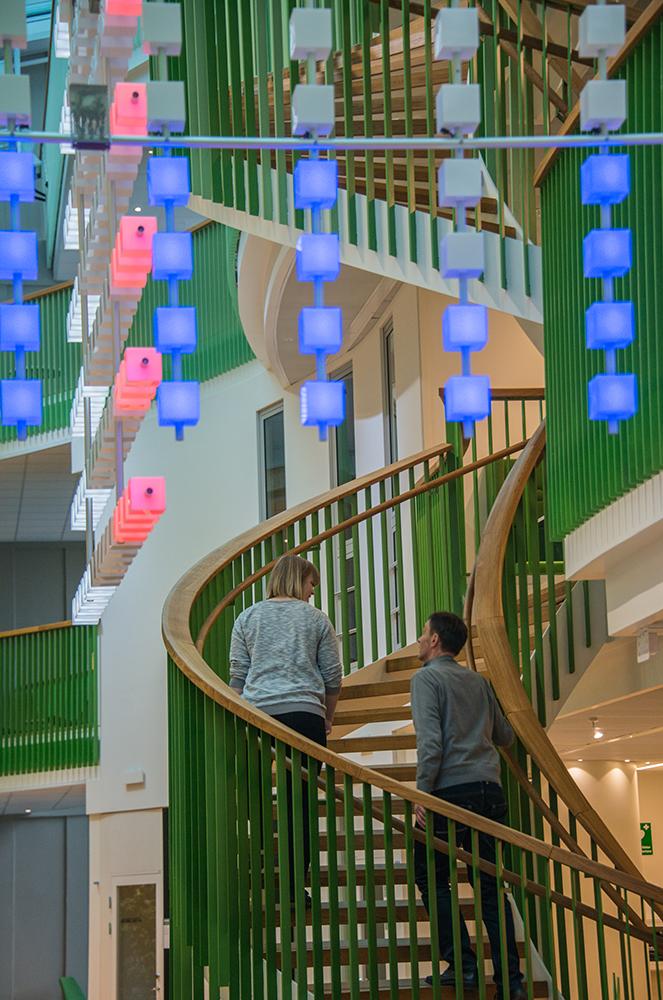 Två personer går uppför en trappa och passerar en del av verket. Gustav Hellberg, XYZ