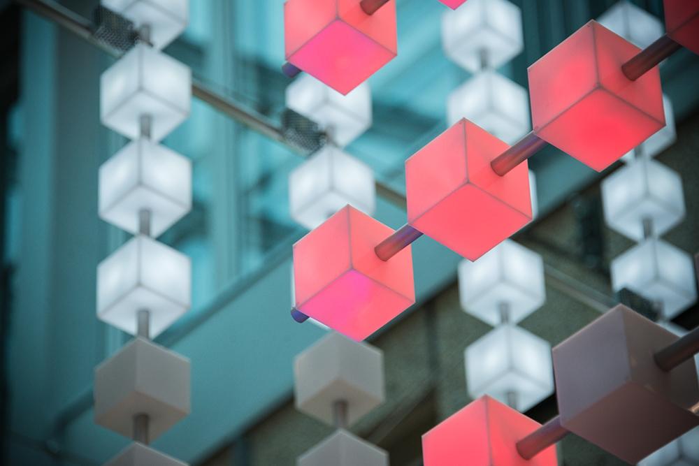 De färglysande LED-kuberna är monterade i räta linjer. Gustav Hellberg, XYZ