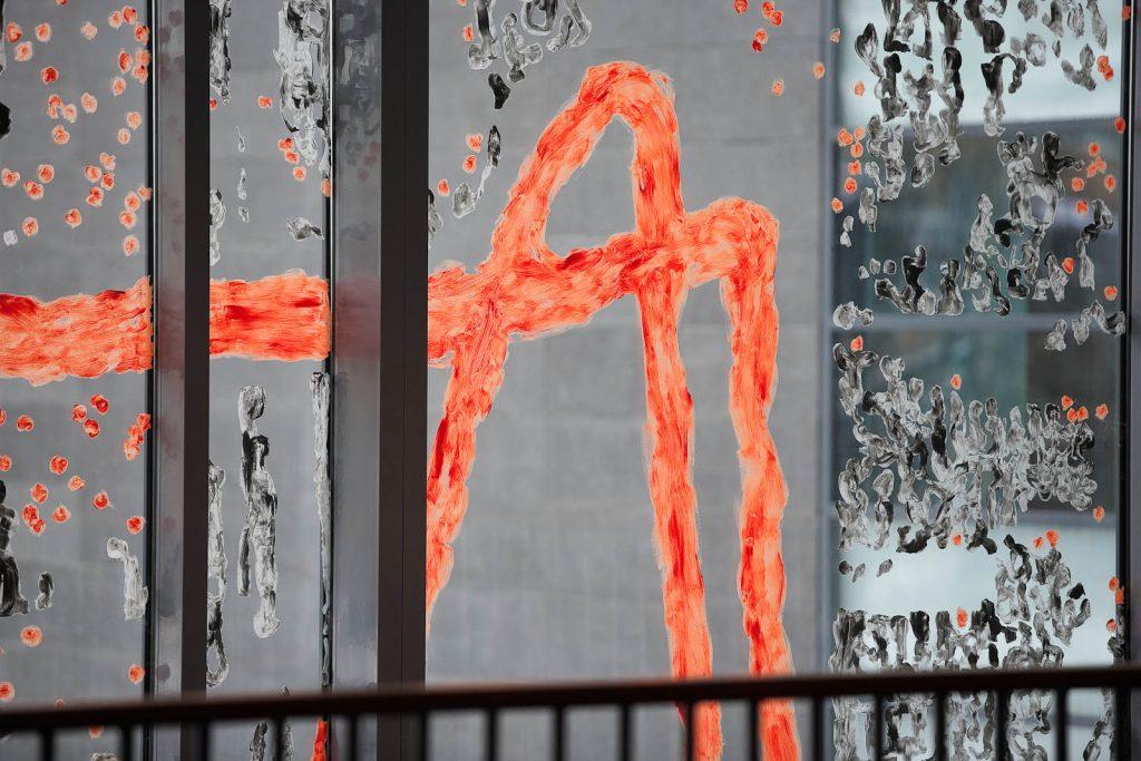 Detalj av glasmålning, orange och svart. Kåre Henriksson, Vågen