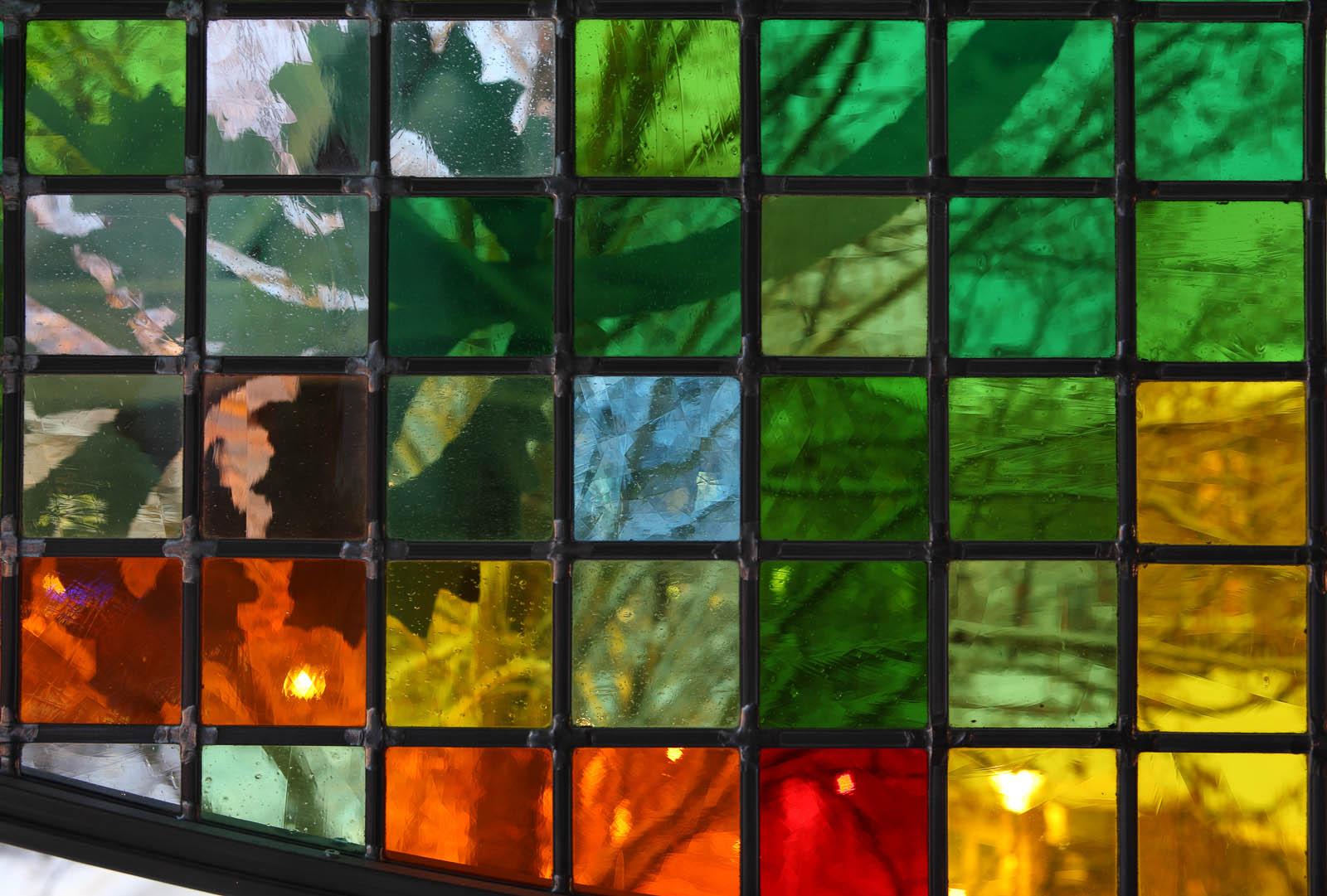 Detalj av flerfärgad mosaikskärm. Kristoffer Zetterstrand, In Vitro (2012)
