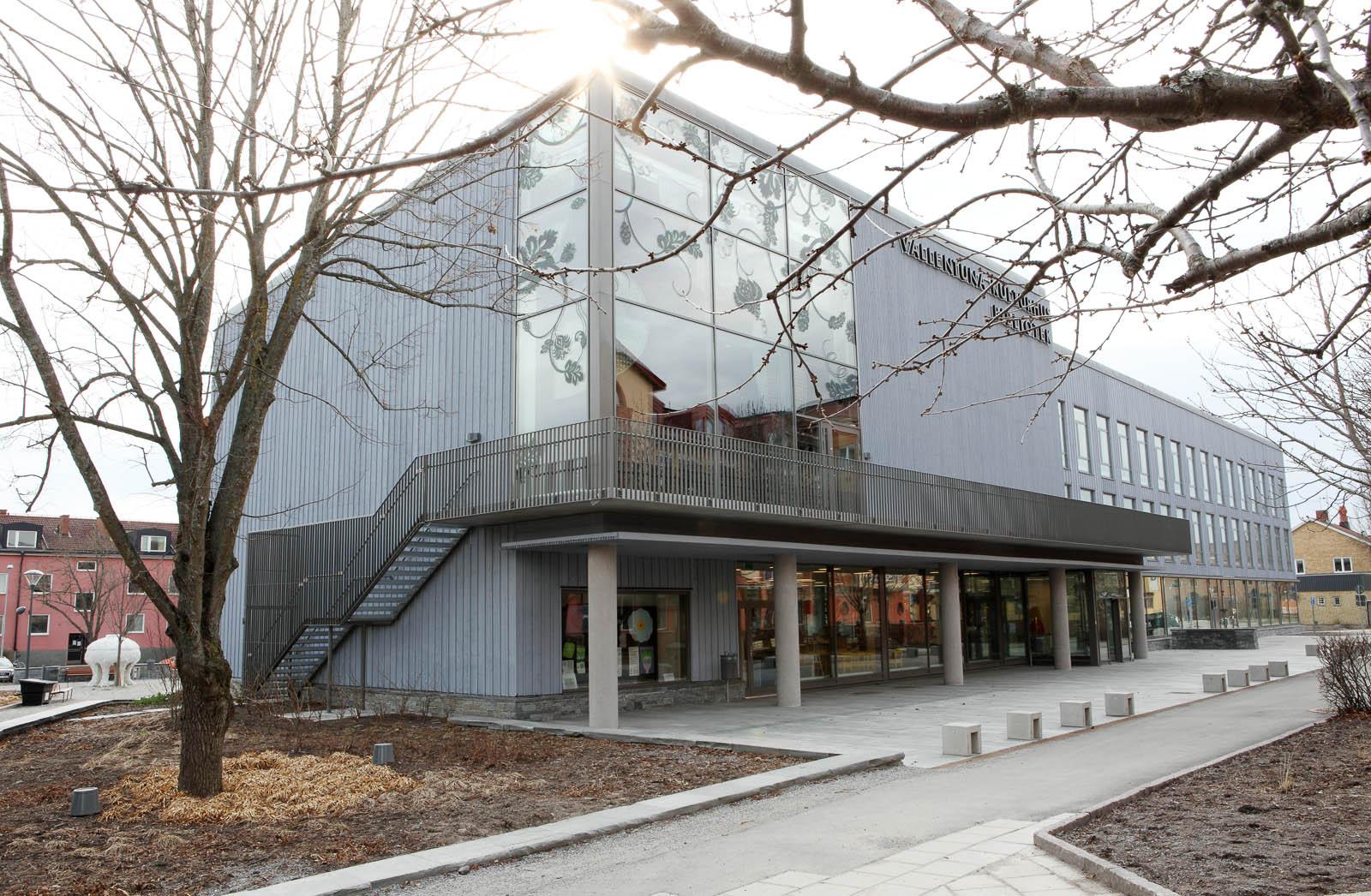 Vallentuna kulturhus utifrån, stor grå byggnad. Kristoffer Zetterstrand, In Vitro (2012)