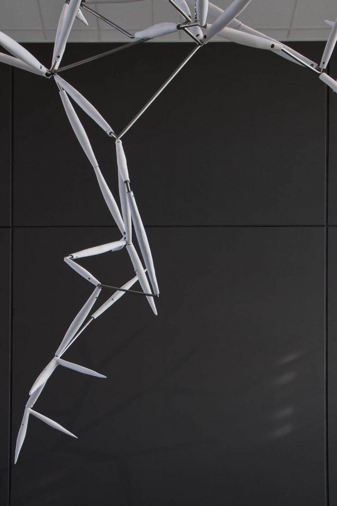 Detalj av verket Luftkropp. Sammanfogade vita spiror i keramik med stålskelett och flerhörniga fogar. Karin Jaxelius