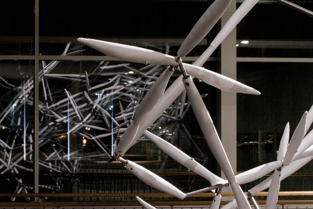 I lampans sken om natten speglas verket Luftkropp i de stora glasrutorna och får som en oskarp tvilling. Karin Jaxelius