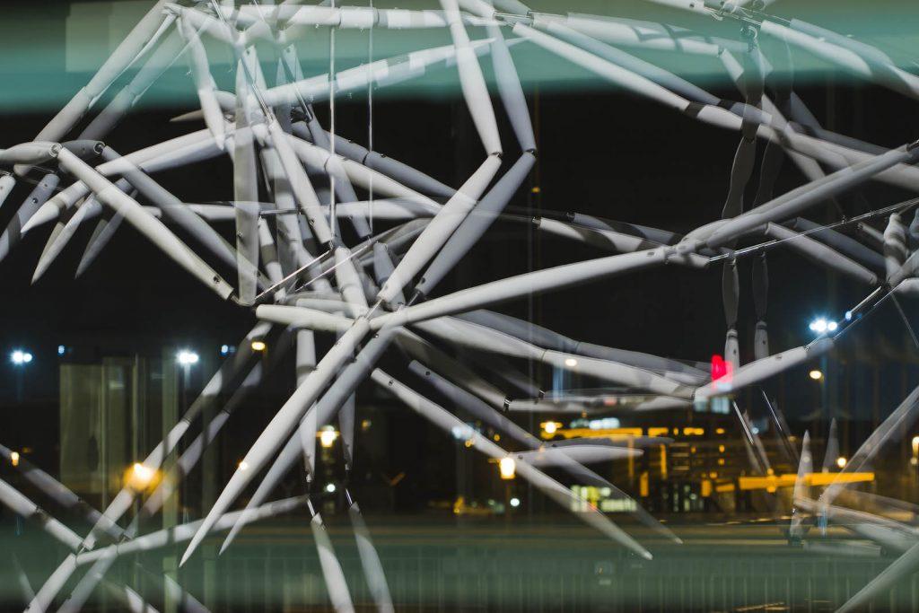 Verket Luftkropp speglas och dubbleras i glasrutorna när lampan lyser om kvällen. Karin Jaxelius