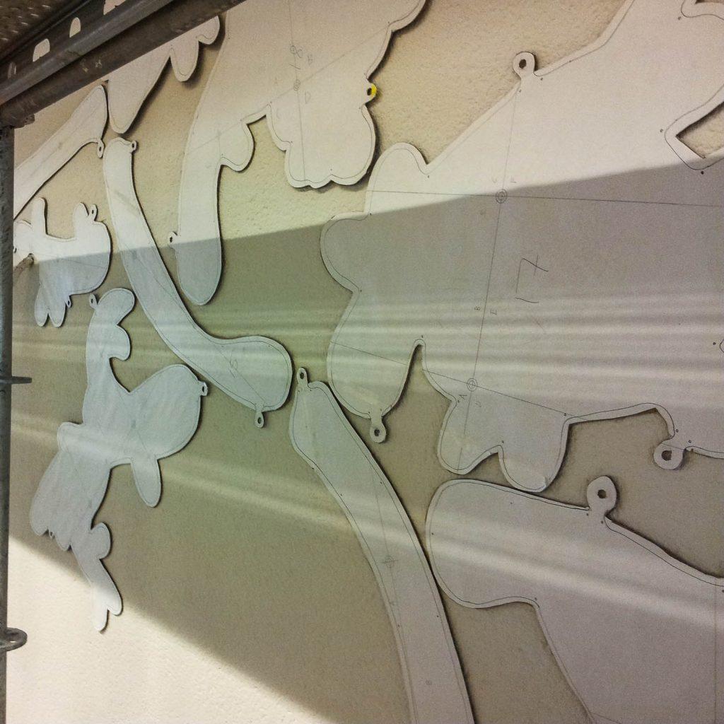 Organiska former utskurna i papp och monterade på väggen. Fredrika Linder, W