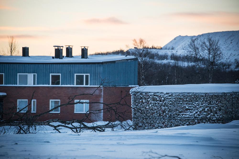 Bostadshus bredvid gabioner, ett slags stora stålkorgar, fyllda med krossat tegel och betong från rivna hus. Sofia Sundberg, Karl Tuikkanen, Ingo Vetter, Gruvstadsparken.