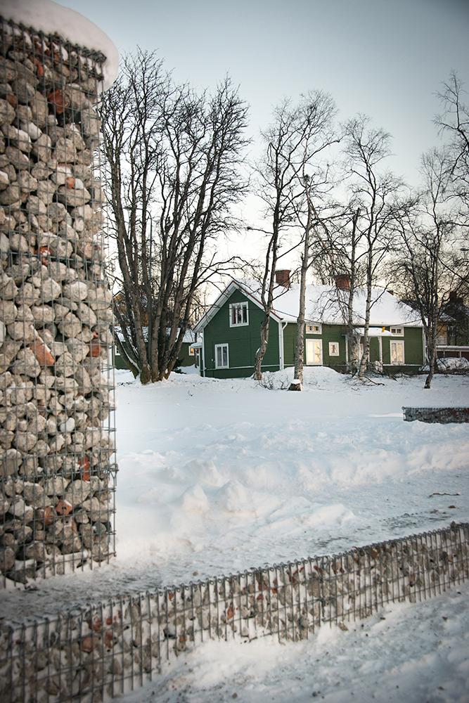 Gabioner med rivningsmassor bredvid en grön trävilla. Sofia Sundberg, Karl Tuikkanen, Ingo Vetter, Gruvstadsparken.