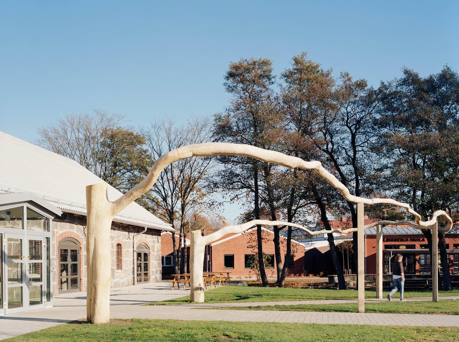 Grenen slingrar sig i en halvcirkel strax utanför skolans ingång. Malin Bogholt, Kontakt