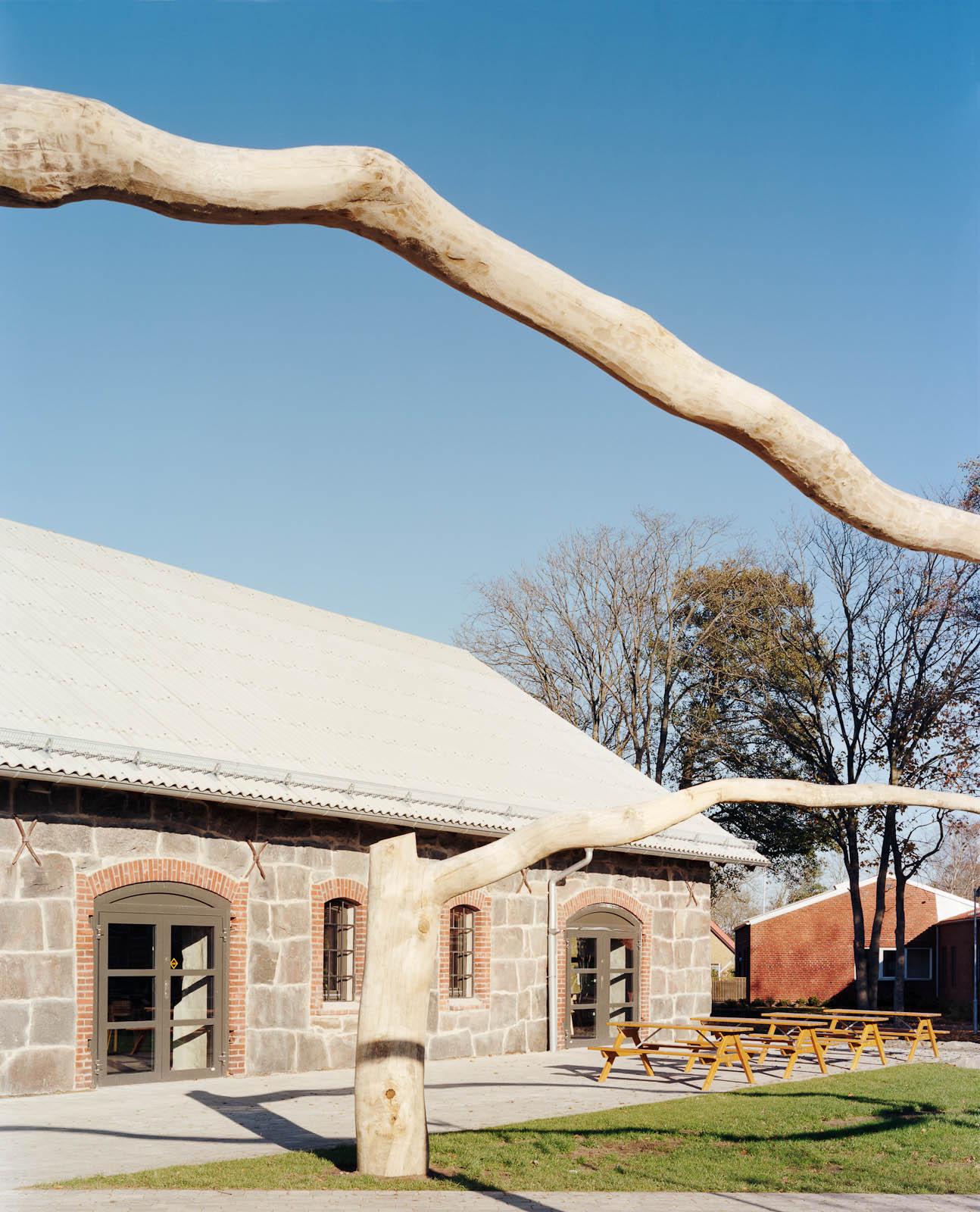 Grenen är uppstöttad i höjd med portvalvet. Skolan i bakgrunden. Malin Bogholt, Kontakt