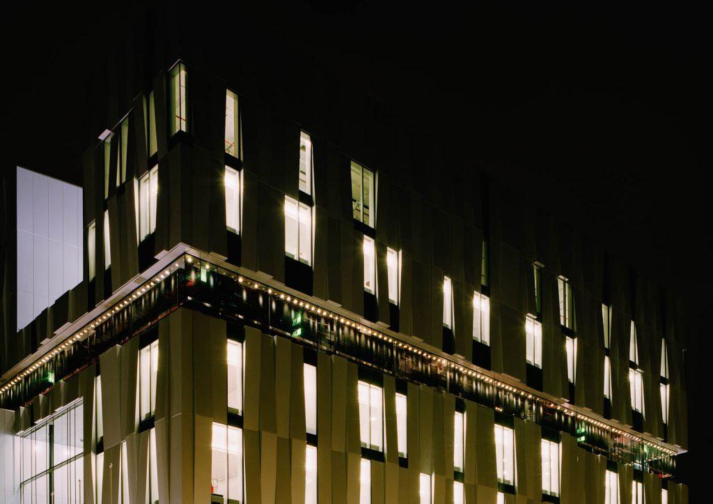 Del av husfasad med lampor. Katarina Löšfströšm, Coloratura