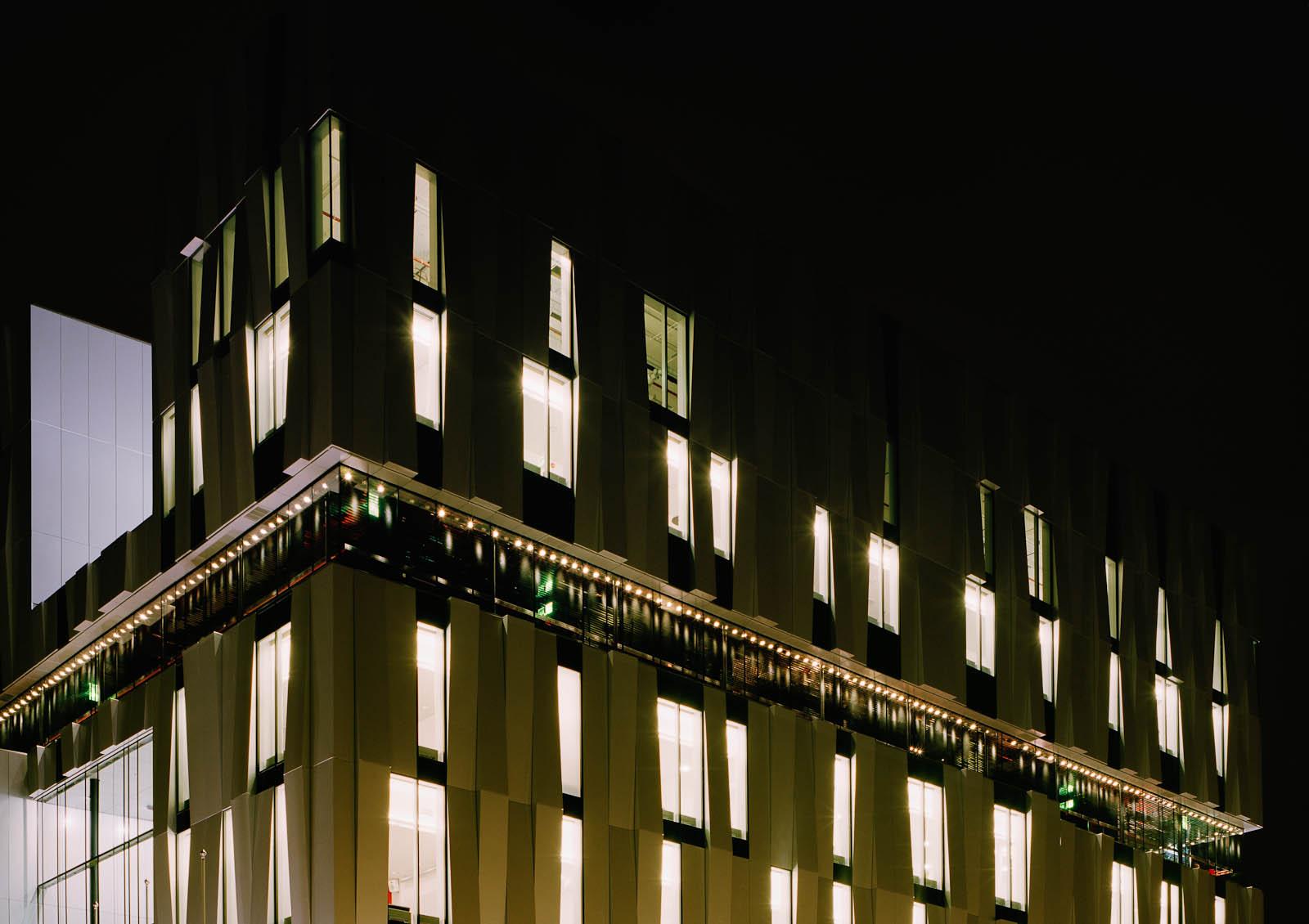 Del av husfasad med lampor. Katarina Löfström, Coloratura