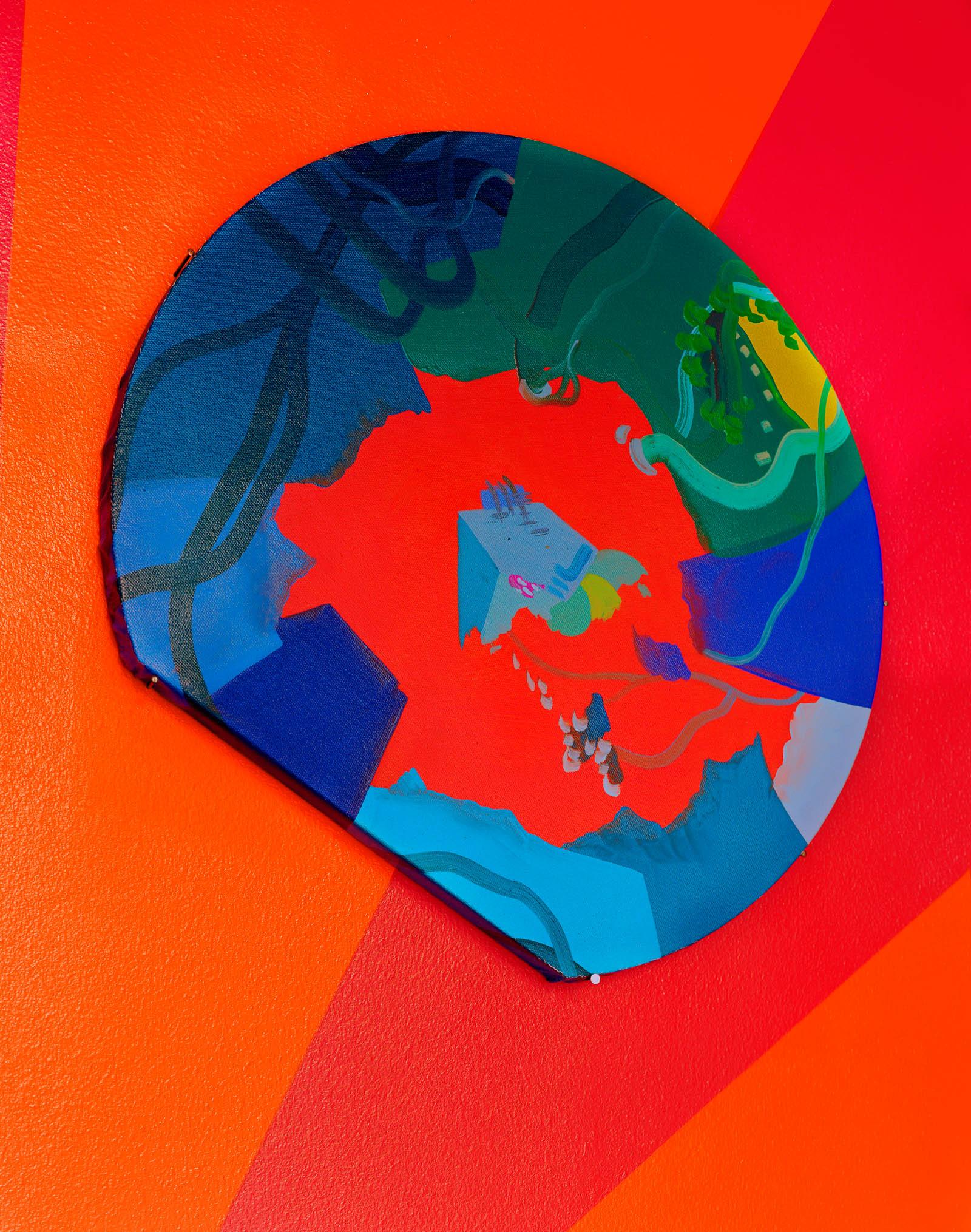 Blå och grön väggmålning på röd grund. Franz Ackermann, Travelling North, (2007).