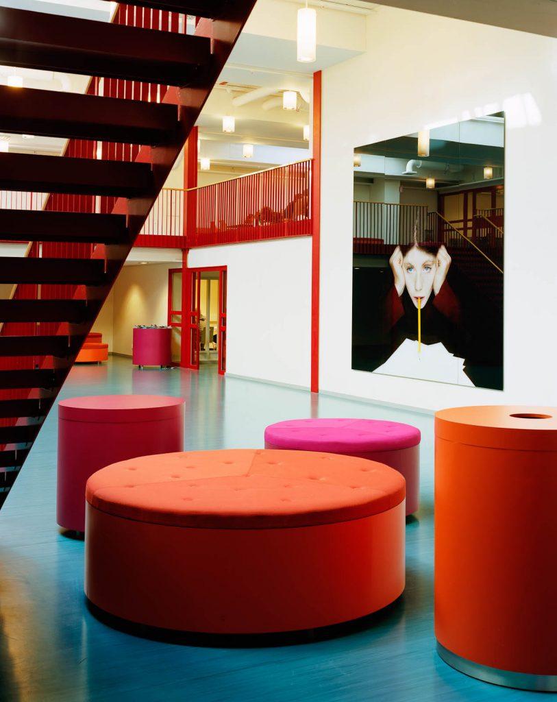 Framför verket står en röd sittgrupp och i närheten finns röda trappor. Julia Peirone, Sharphead