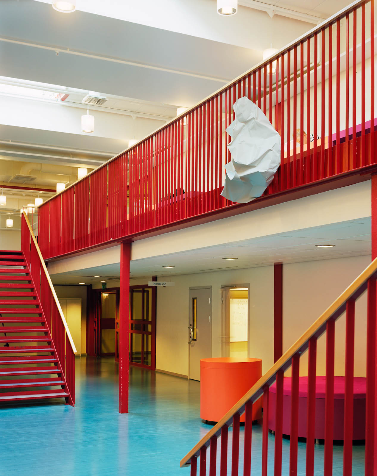 Stort hopknycklat papper fäst på andra våningens röda balkongräcke. Julia Peirone, Sharphead