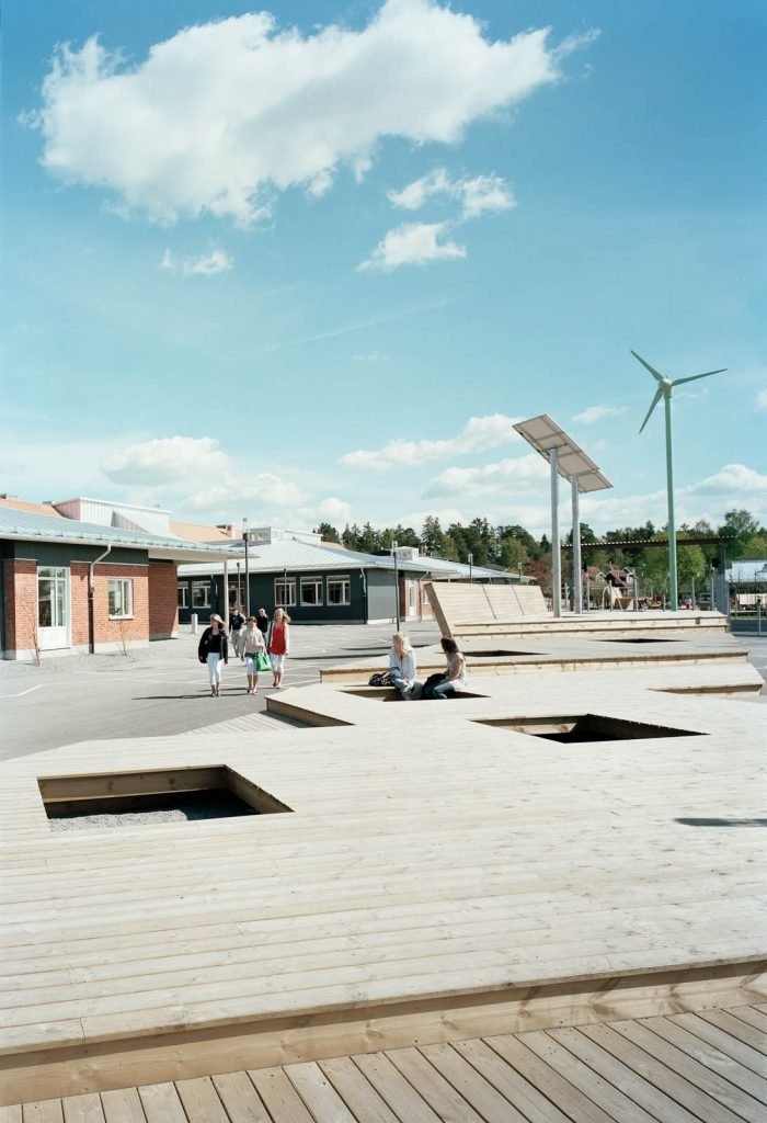 Skolgård med solpanel och vindsnurra. Marjetica Potrc och STEALTH, Fruit and Energy Farms in a Public Square.