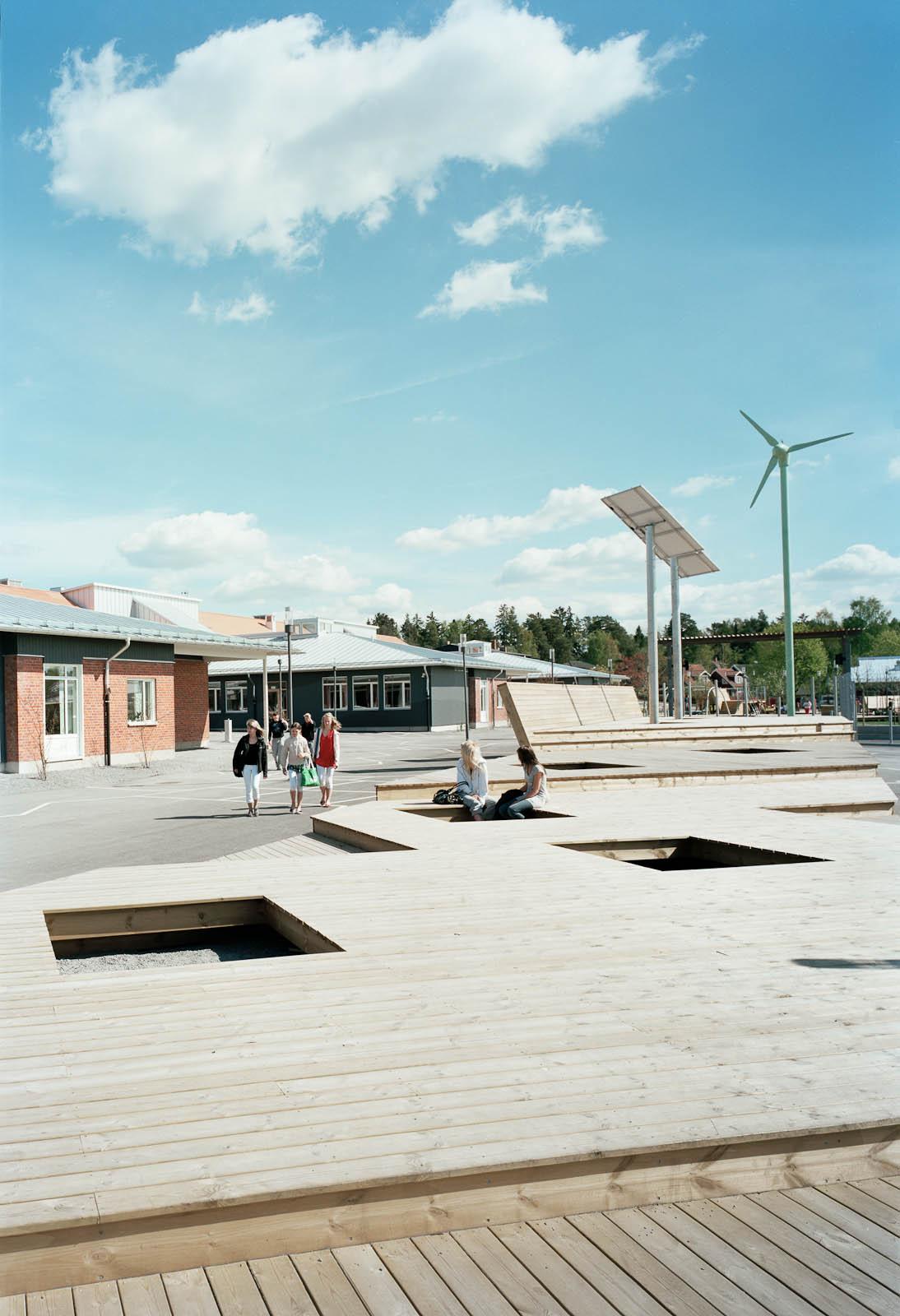 Skolgård med solpanel och vindsnurra. Marjetica Potrc och STEALTH, Fruit and Energy Farms in a Public Square.