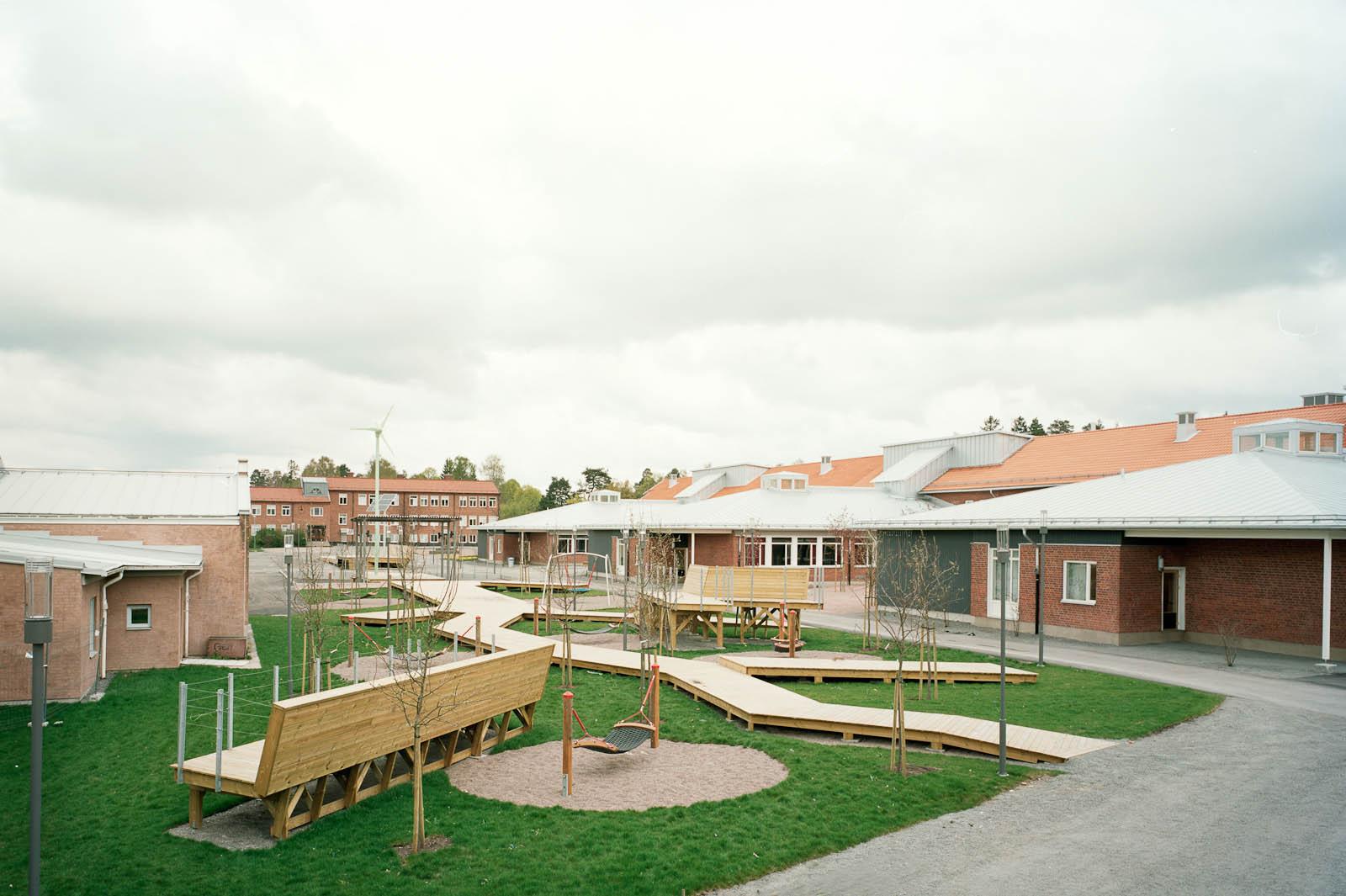 Skolgård. Marjetica Potrc och STEALTH, Fruit and Energy Farms in a Public Square.