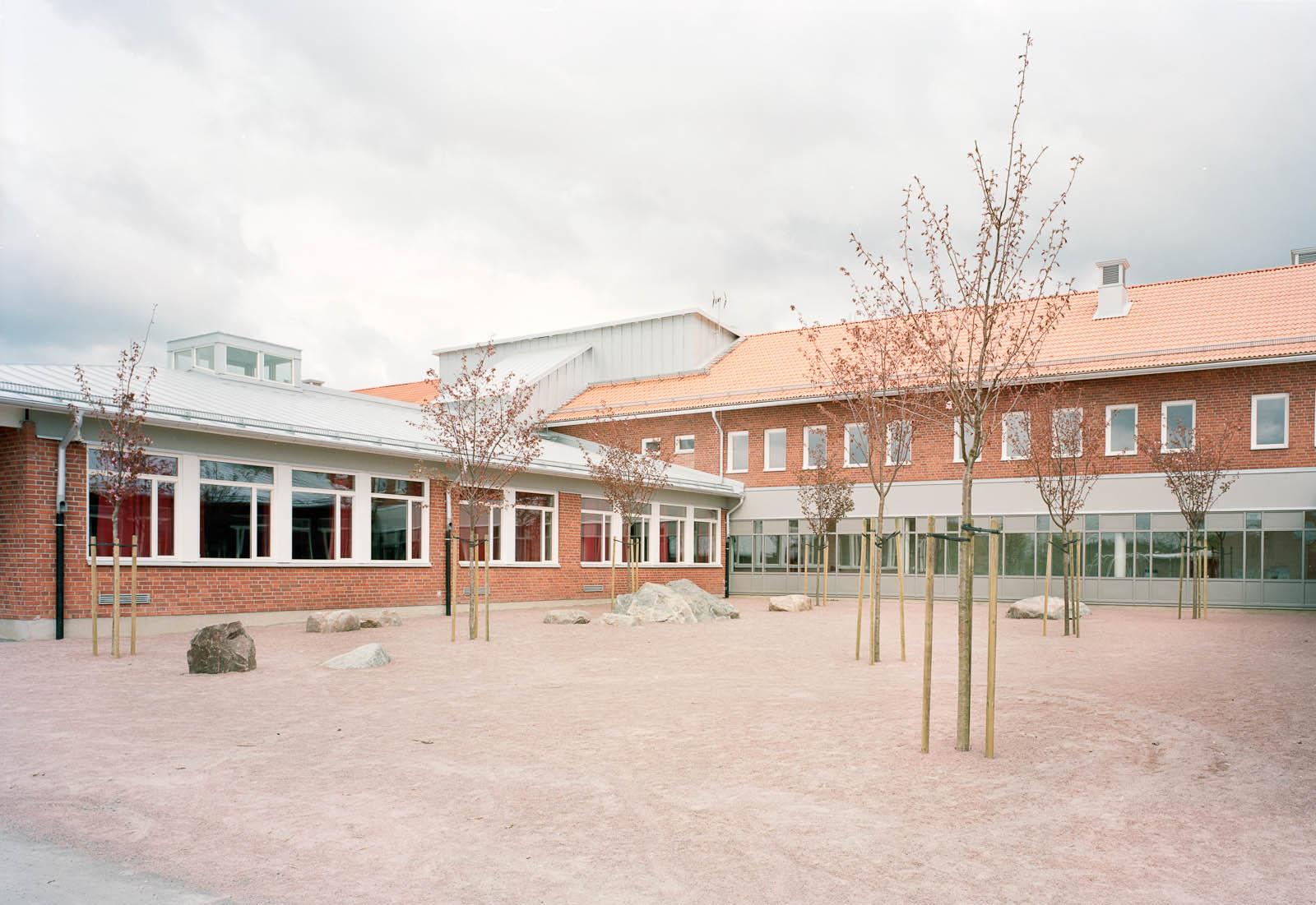 Skolbyggnad. Marjetica Potrc och STEALTH, Fruit and Energy Farms in a Public