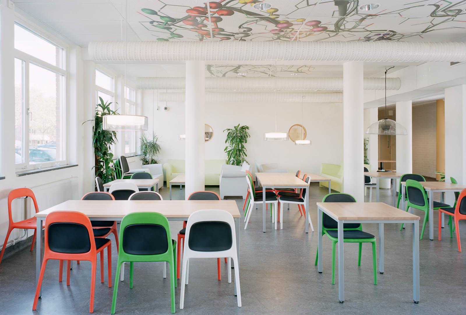 Ett klassrum. Marjetica Potrc och STEALTH, Fruit and Energy Farms in a Public