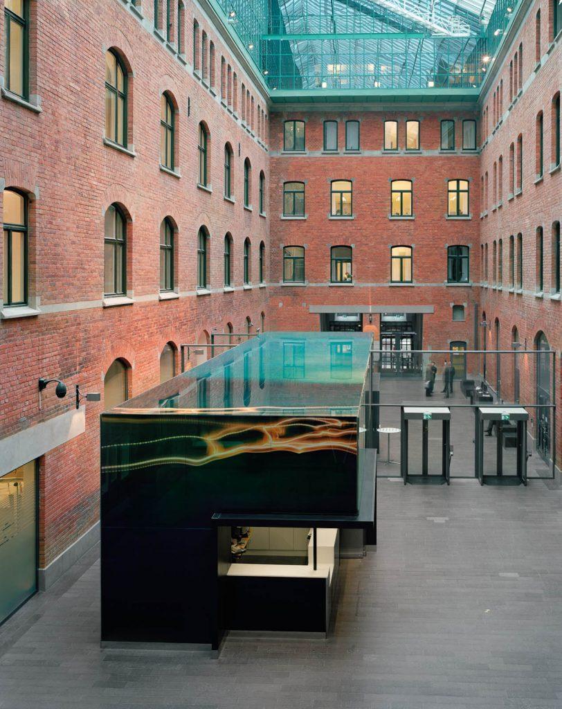 Receptionen står på en innergård, omgiven av tegelfasader. Nanna HŠänninen, Walks from dusk 'til dawn