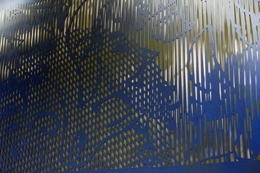 Detalj. Utskuret mönster i blått material. May Bente Aronsen, Lyssnande vägg