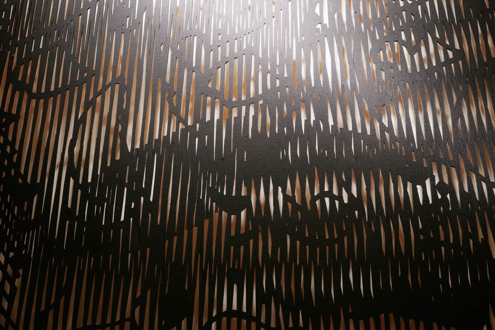 Detalj. Utskuret mönster i svart material. May Bente Aronsen, Lyssnande vägg