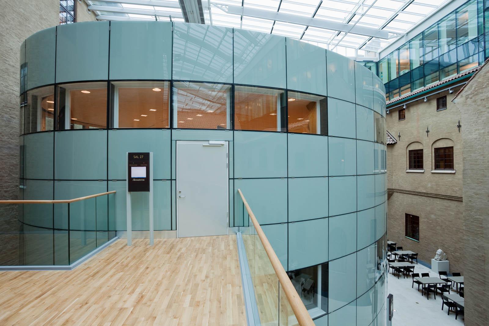 Ingången till en av de nybyggda sessionssalarna. May Bente Aronsen, Lyssnande vägg
