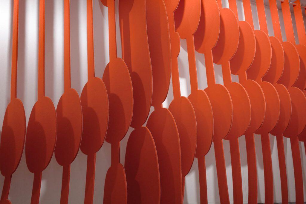 Detalj. Utskuret spiralliknande mönster i orange material. May Bente Aronsen, Lyssnande vägg
