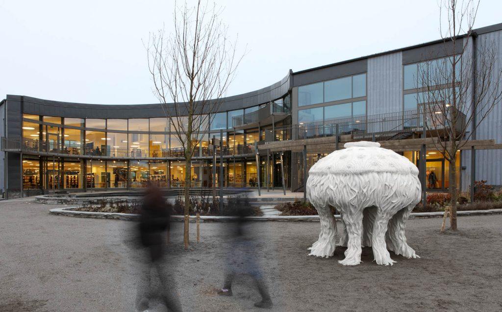 Skulpturen Tereuma minner om en flera meter hög vit manet, täckt av flimmerhår, som står på sina sju tentakler. Cecilia Ömalm Krajcikova, Tereuma (2012)