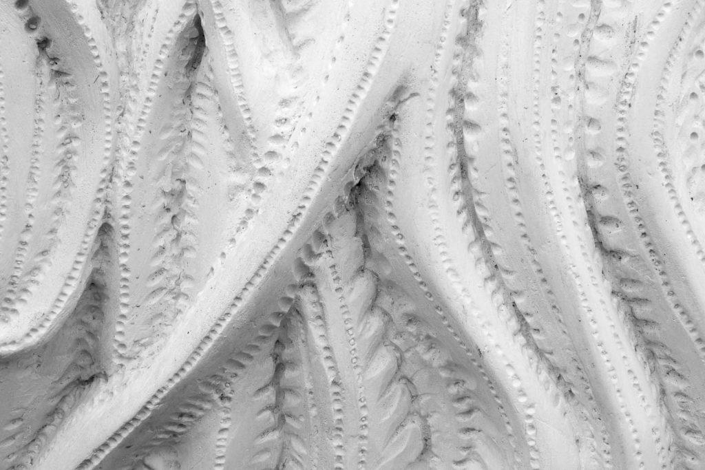Detalj. Skulpturens flimmerhårsliknande yta är detaljerat utmejslad. Cecilia Ömalm Krajcikova, Tereuma (2012)