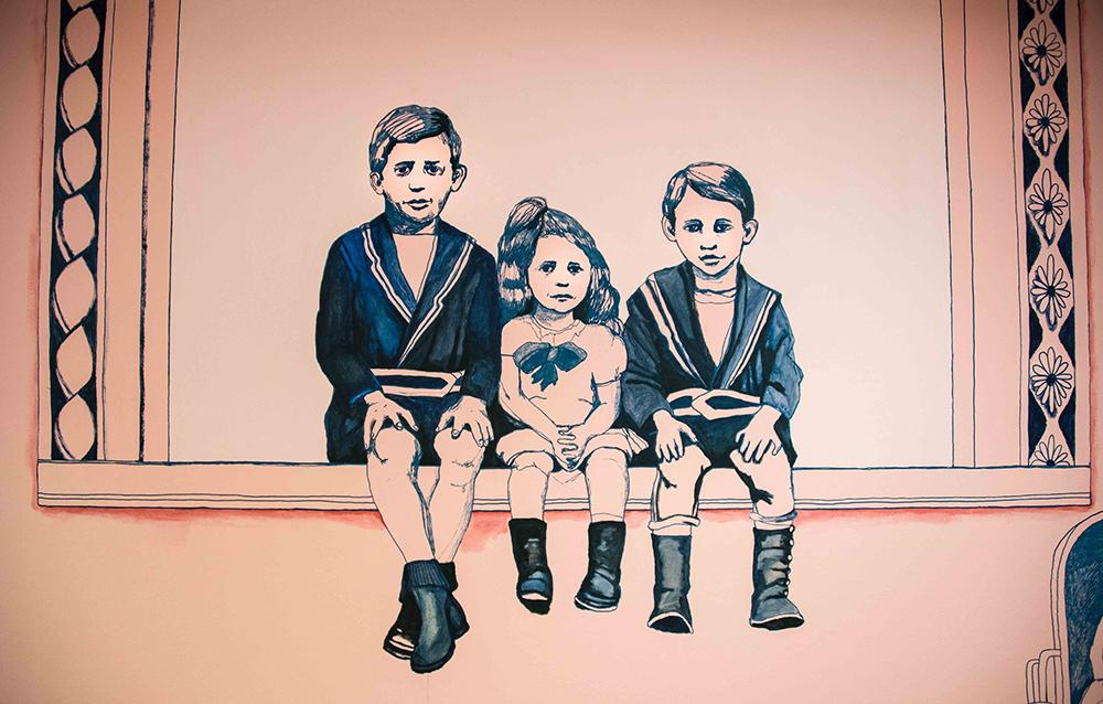 Teckning av tre barn i gammaldags kläder som sitter på en fönsterkarm och dinglar med benen. Gerd Aurell, Till mitten hunnen.