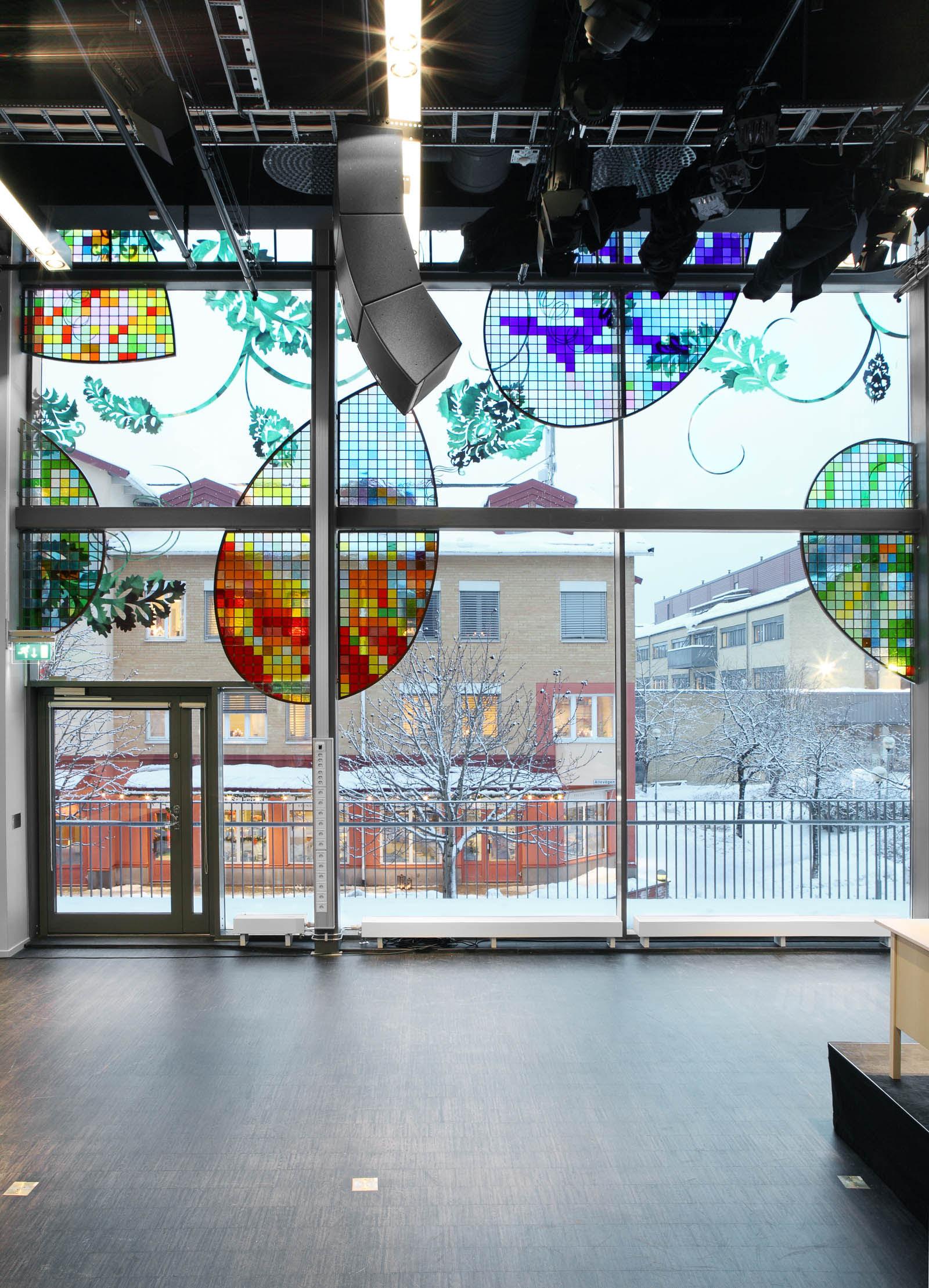 Glasfasad med färgade mosaikskärmar. Kristoffer Zetterstrand, In Vitro (2012)