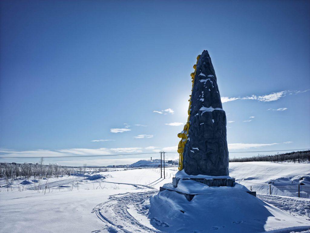 Skulpturen i ett snölandskap. Oskar Aglert, Totem