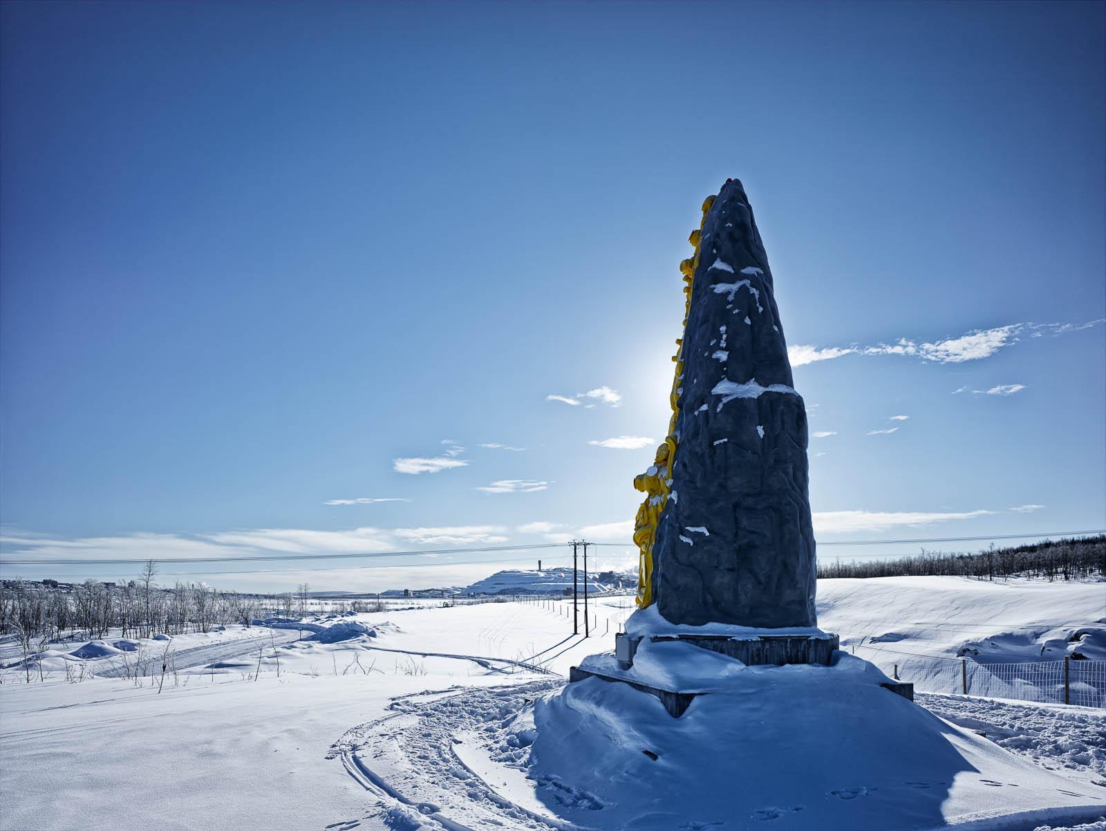 Skulpturen i ett snölandskap. Oskar Aglert, Totem.