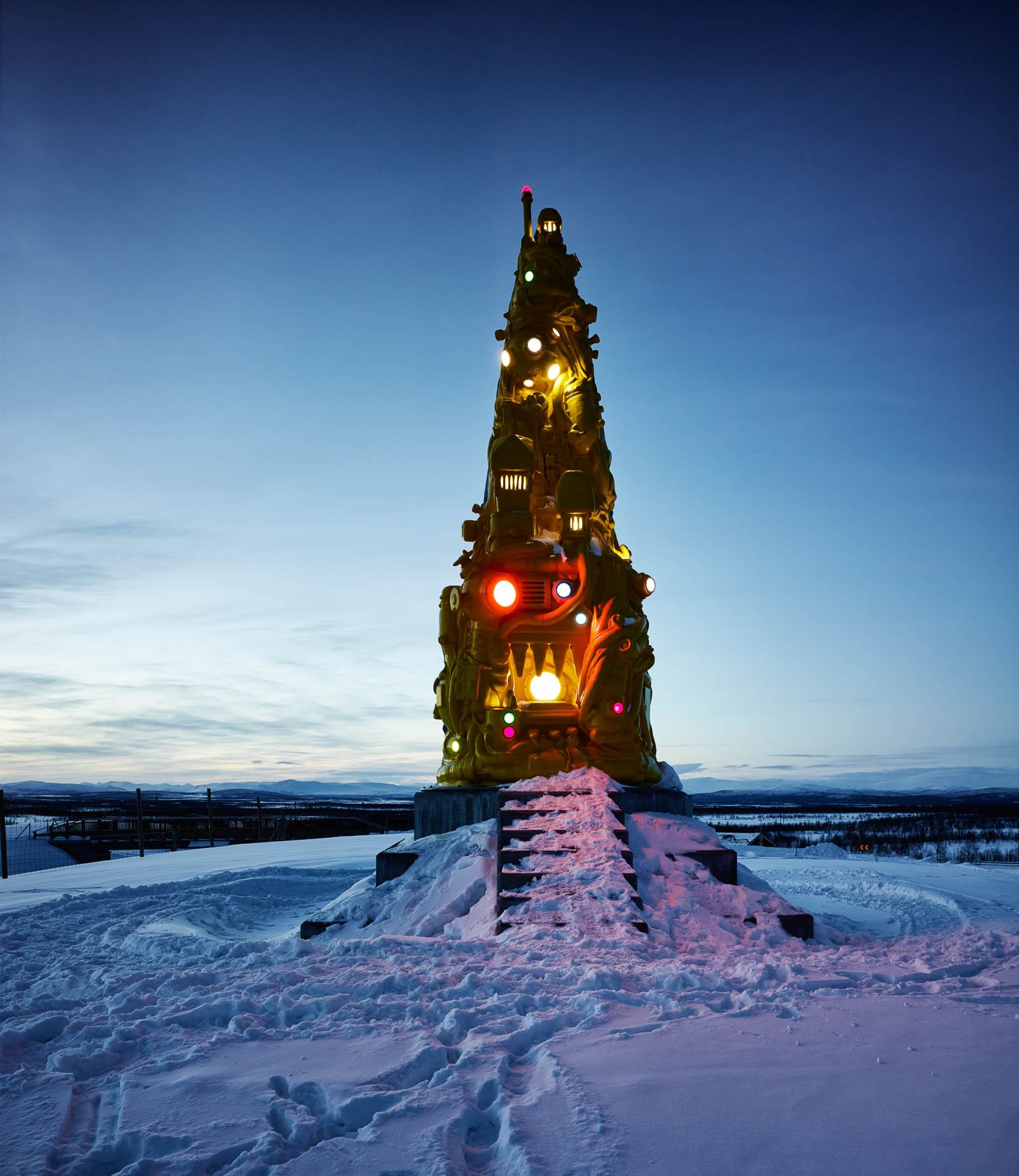 På natten lyser skulpturen i olika färger. Oskar Aglert, Totem.